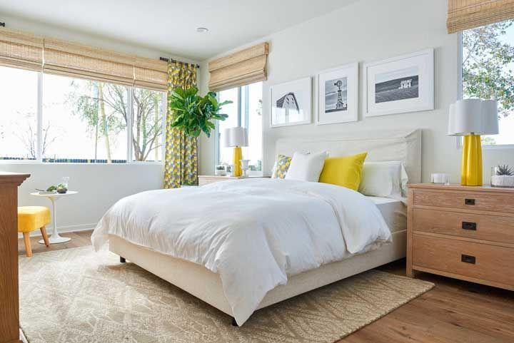 Os detalhes em amarelo acendem o quarto de tons neutros, inclusive a cortina de bambu