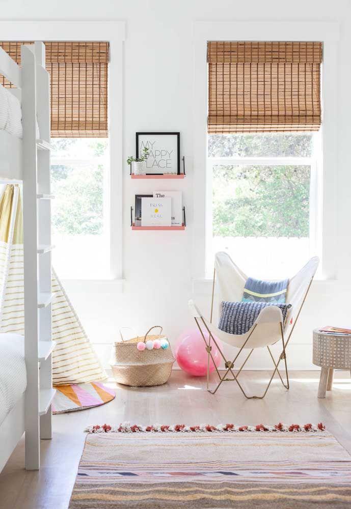 O quartinho infantil ficou ainda mais gracioso e aconchegante com a combinação entre cortina de bambu e cortina de pano