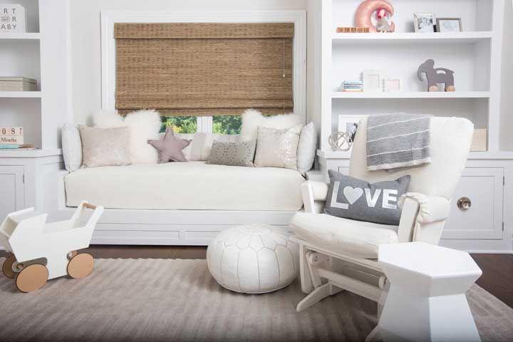 Tudo muito branco na decor? Coloque uma cortina de bambu para quebrar a neutralidade, mas sem sair da proposta