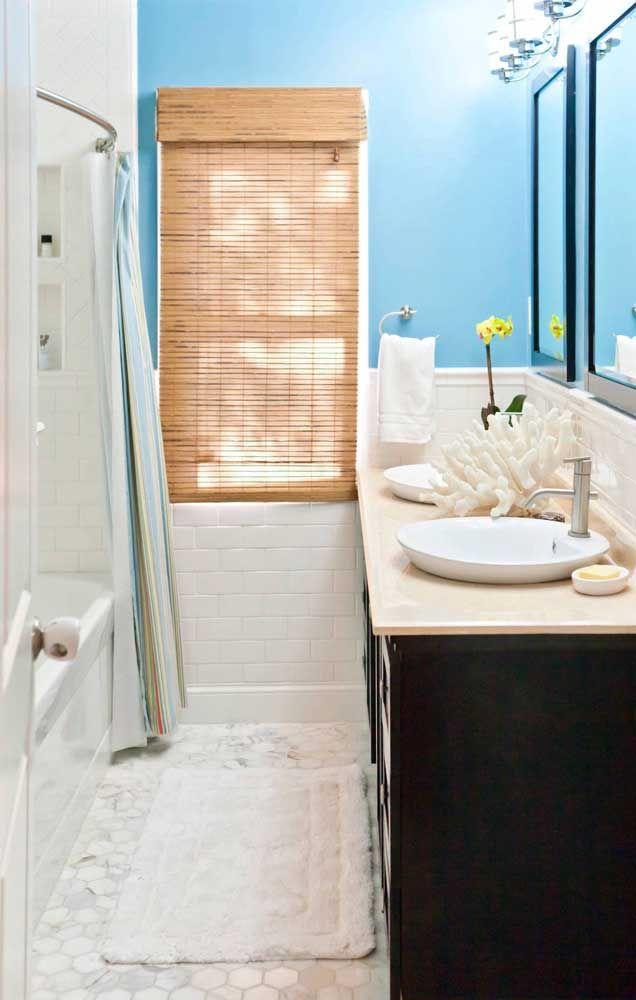 No banheiro, a cortina de bambu cumpre sua função prática e decorativa com excelência