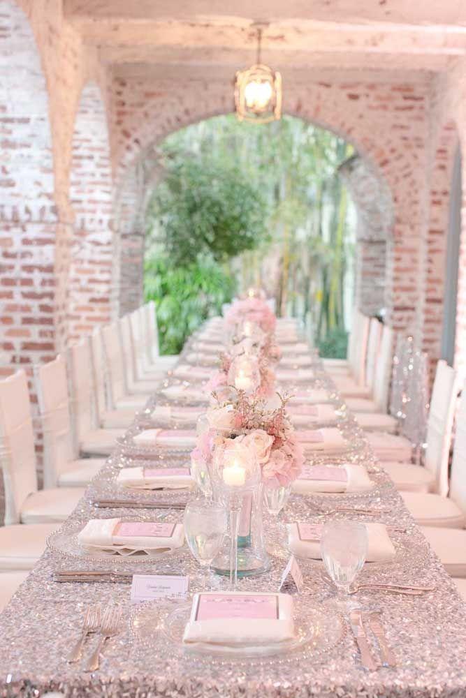 Uma mesa enorme para acolher todos os que fizeram parte dos 25 anos de história do casal