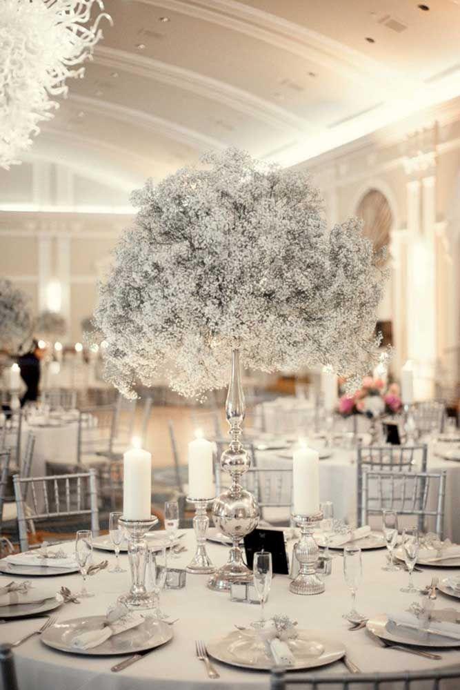 Bela e delicada composição de flores brancas e cinzas para as bodas de 25 anos