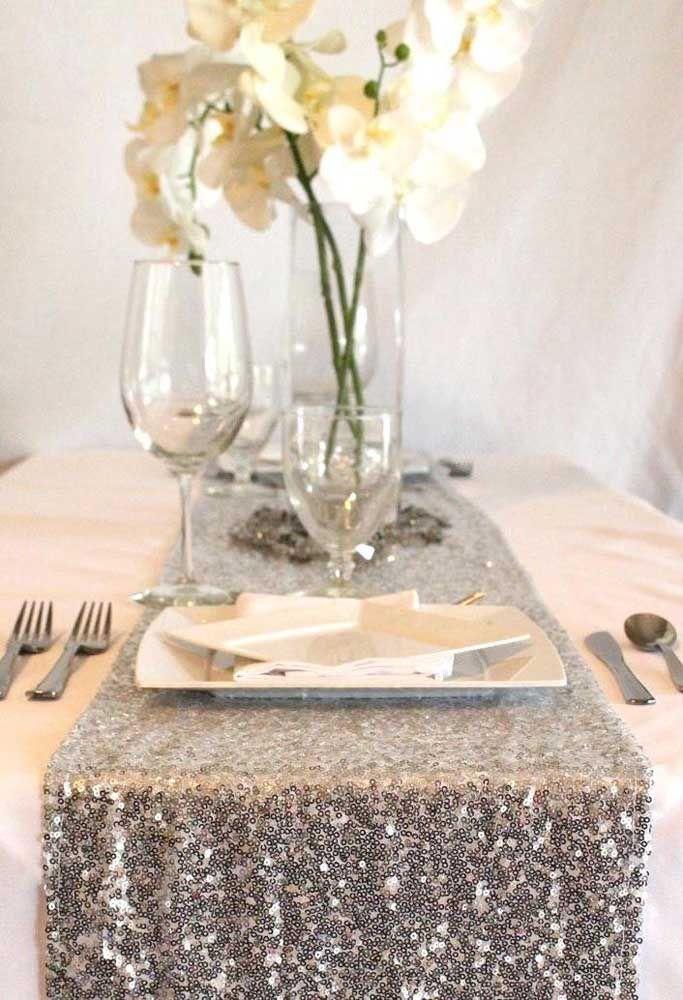 Toalha de paetês pratas para decorar a mesa da festa