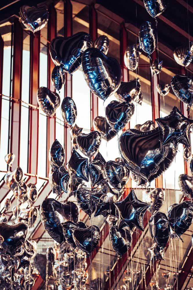 Corações e estrelas prateadas para abrilhantar a festa: os balões são opções bonitas, econômicas e criativas de decoração.