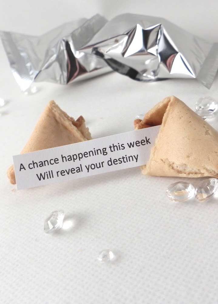 Biscoitinhos da sorte embrulhados em papel prateado: será que os convidados terão a sorte de um amor duradouro também?