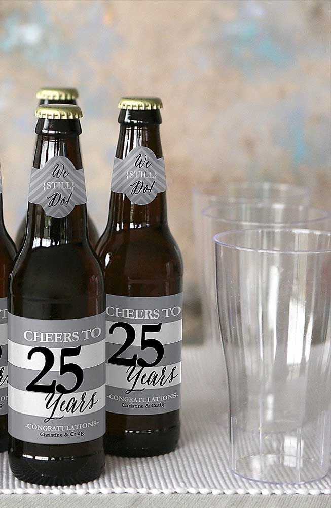 Cervejas personalizadas para os convidados levarem como lembrancinha das bodas de prata
