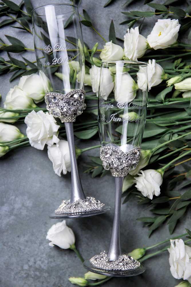 Taças decoradas que aqui servem como castiçais para a festa de bodas de prata