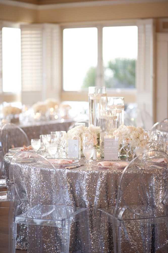 Toalha prateada e cadeiras de acrílico: uma decoração sofisticada para a festa de bodas de prata