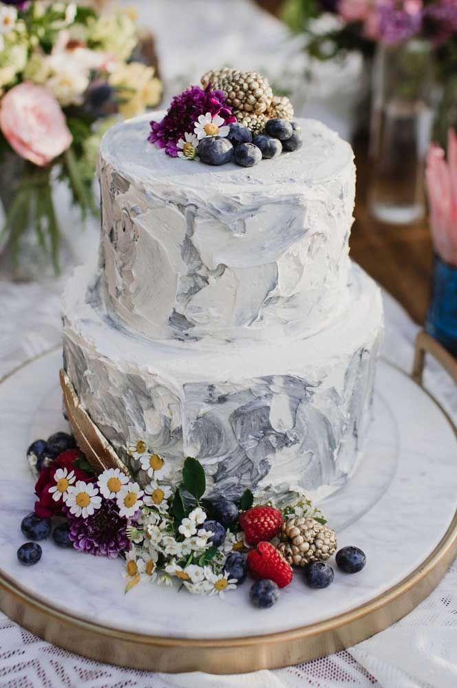 Bolo espatulado e decorado com flores e frutas silvestres