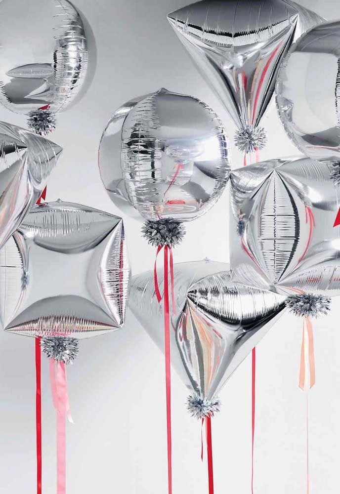 Fitas vermelhas para contrastar os balões prata