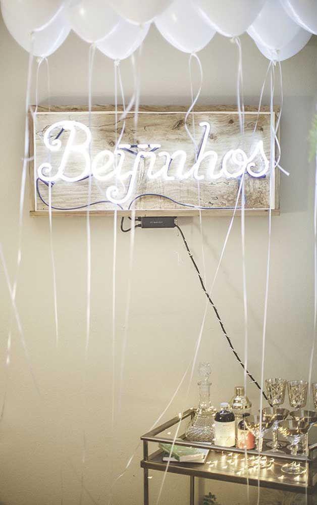 E que tal criar uma decoração de bodas de prata com letreiro luminoso?