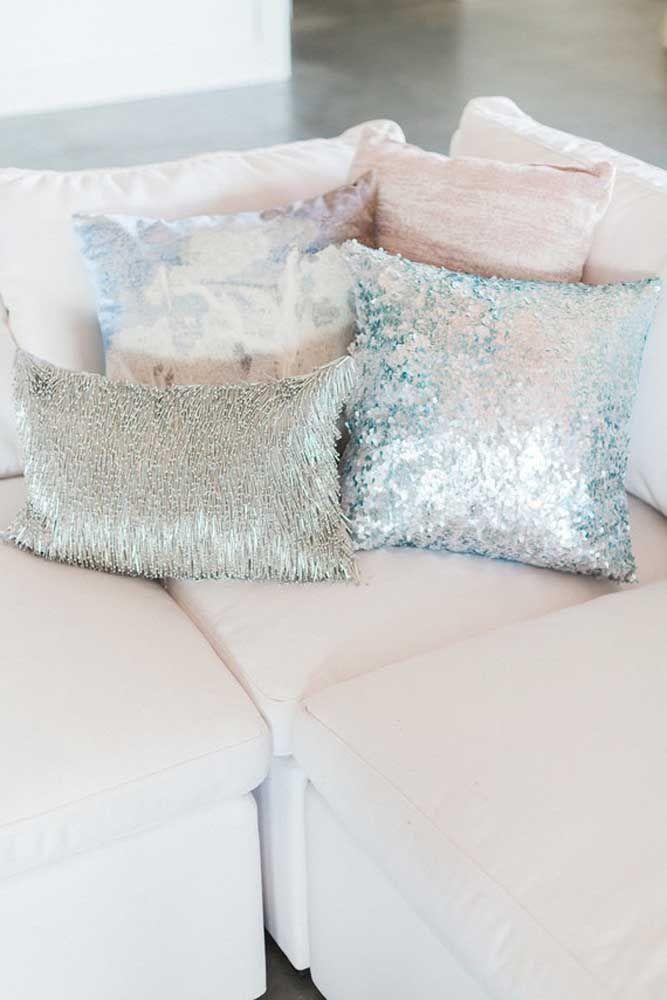 A festa vai ser em casa? Então repense a decoração, trocando as capas das almofadas por modelos que se alinhem com a proposta metálica dos 25 anos