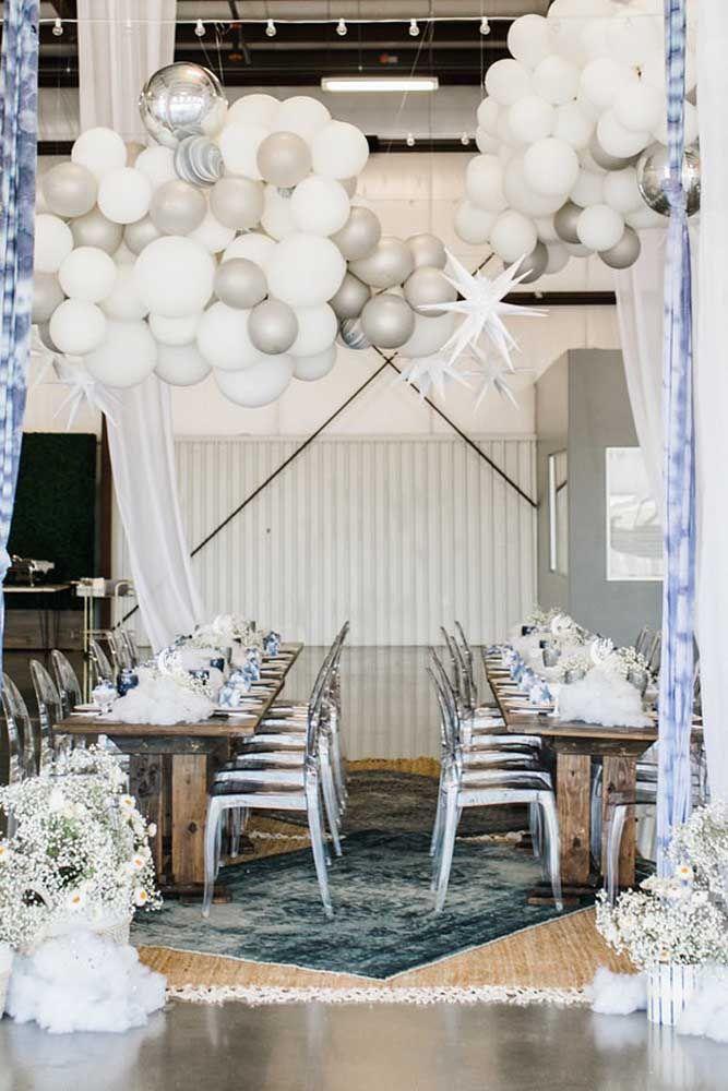 Balões branco e prata para combinar com as flores da mesma cor