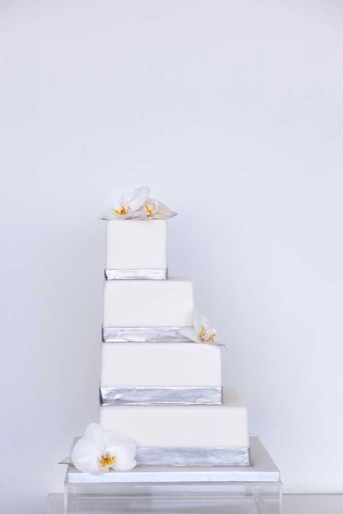 Quadrado e com quatro andares: uma versão diferente e moderna para o bolo de bodas de prata