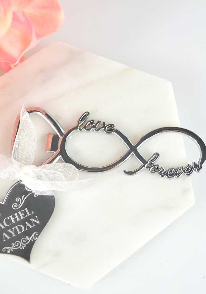 """Símbolo do infinito como marca das bodas de prata; a inscrição """"love"""" e """"forever"""" deixam o acessório ainda mais especial"""