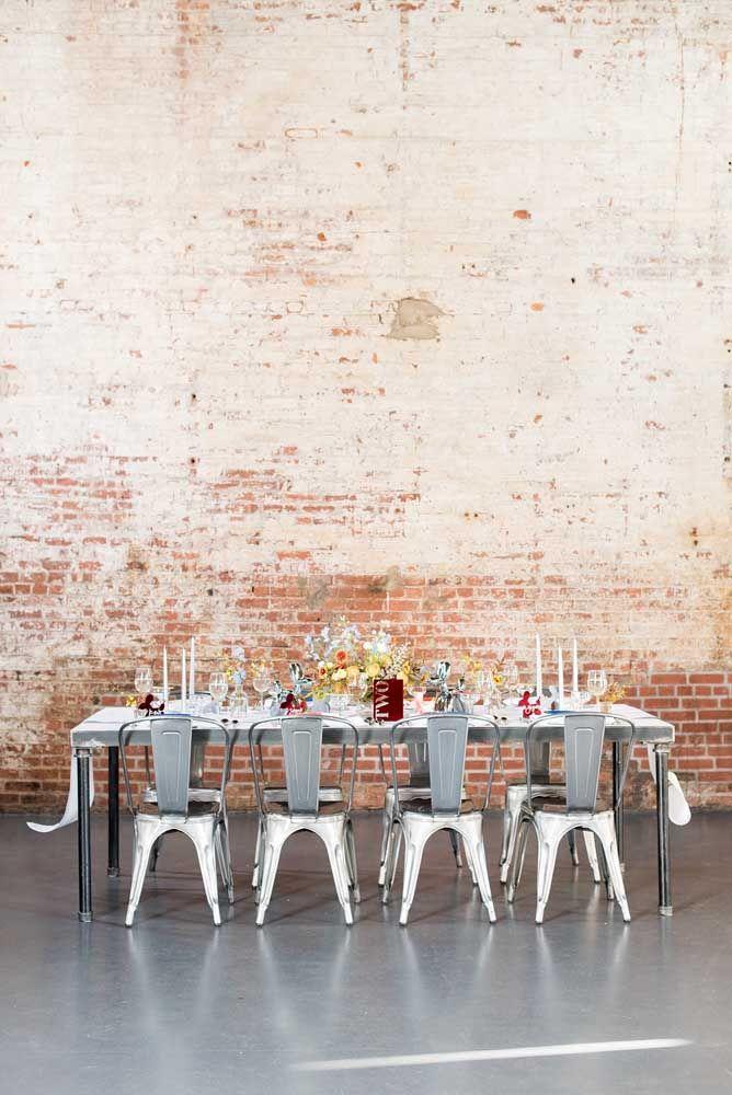 O cenário rústico contou com mesa e cadeiras prateadas para se adequar ao tema da festa