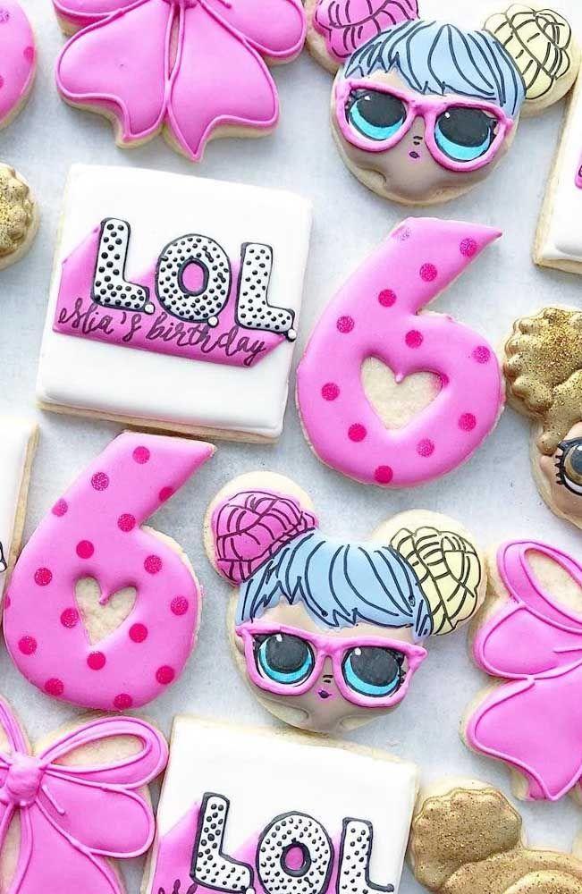 Biscoitos decorados no tema LOL Surprise; eles decoram e ainda agradam o paladar dos convidados