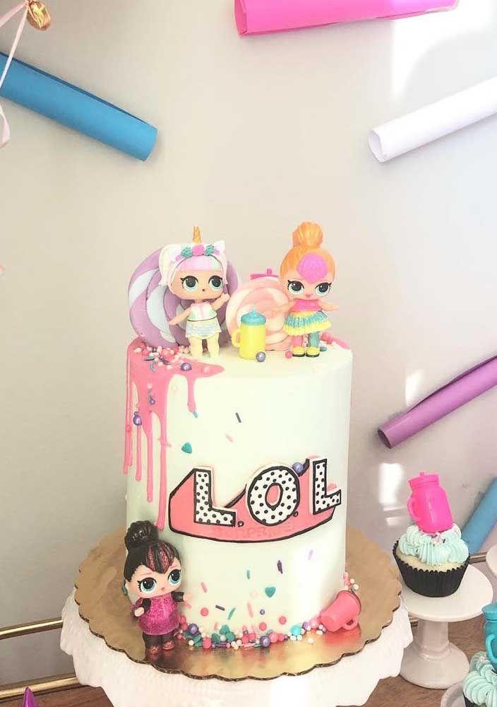 Um bolo pequeno, mas bem colorido e divertido