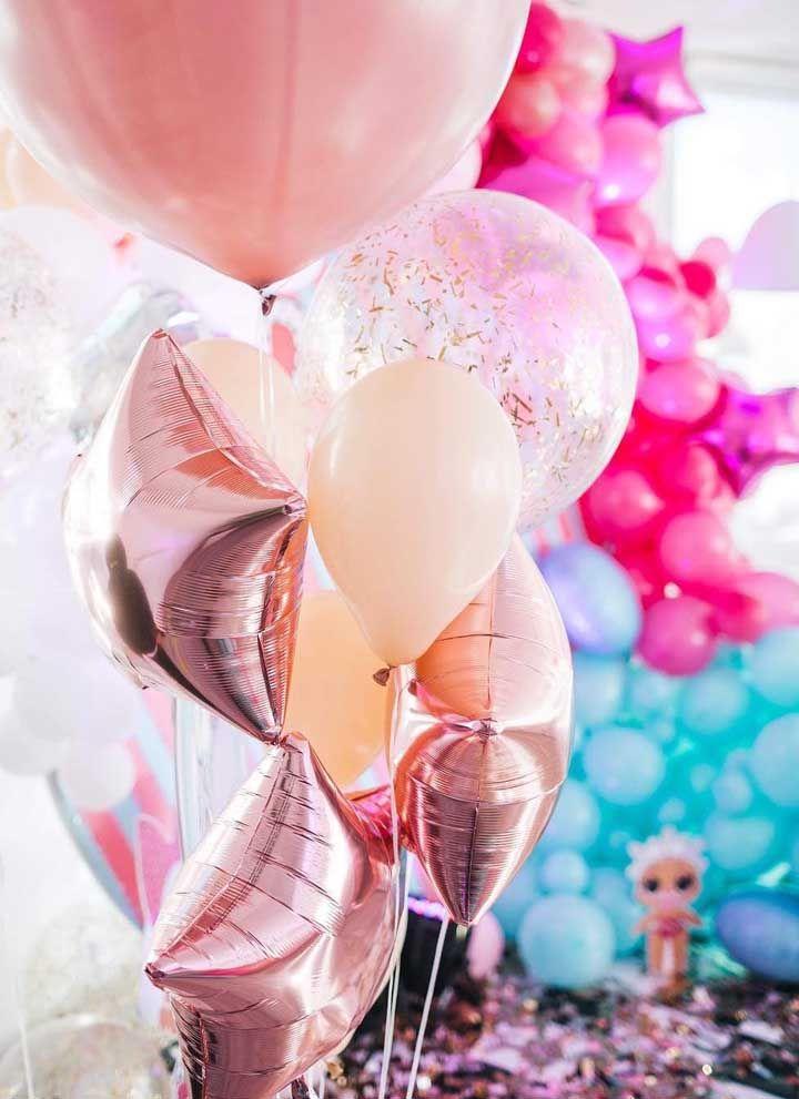Aposte em balões de formatos variados para decorar a festa