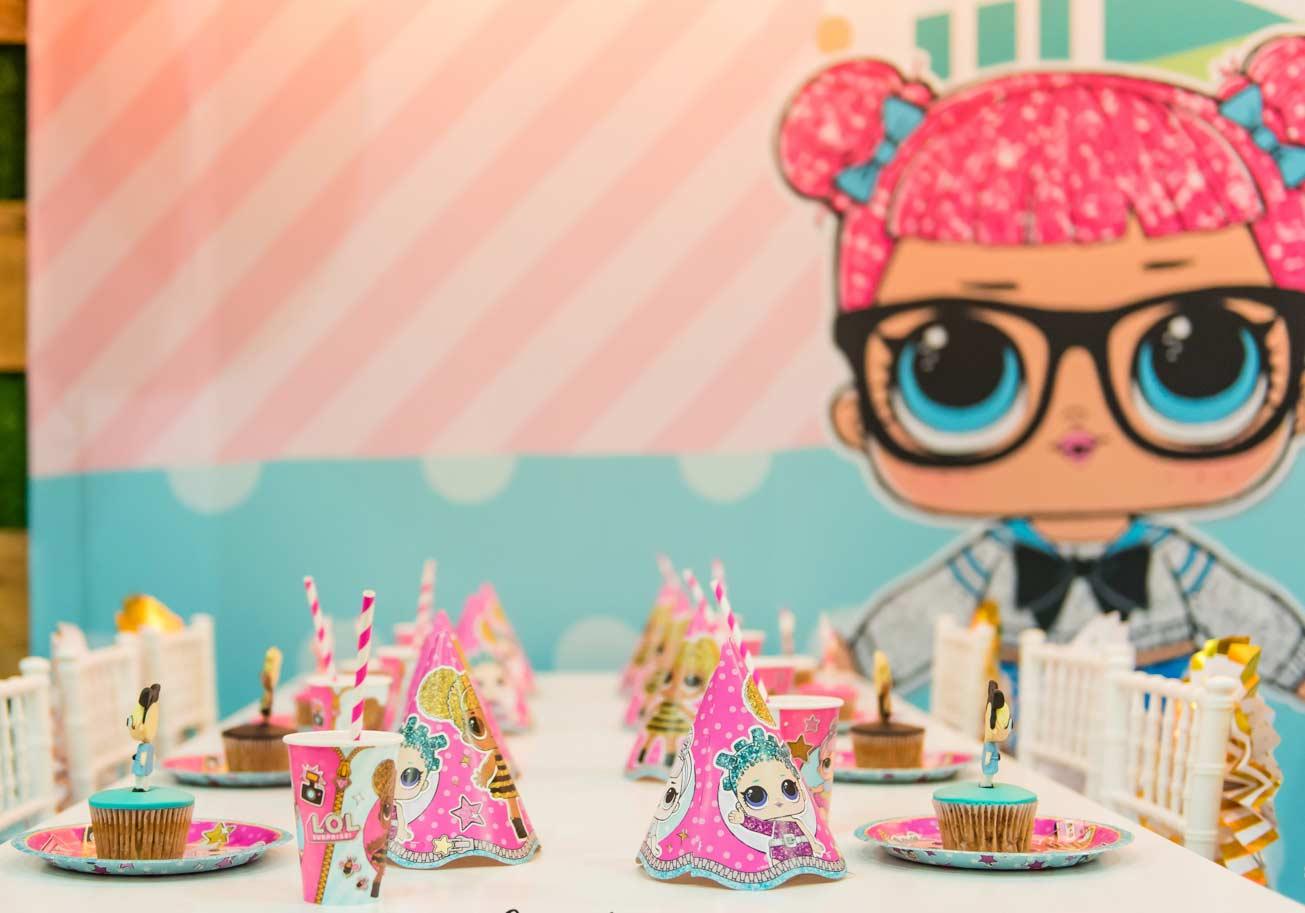 Cupcakes em pratinhos individuais em uma mesa devidamente caracterizada pelo tema LOL