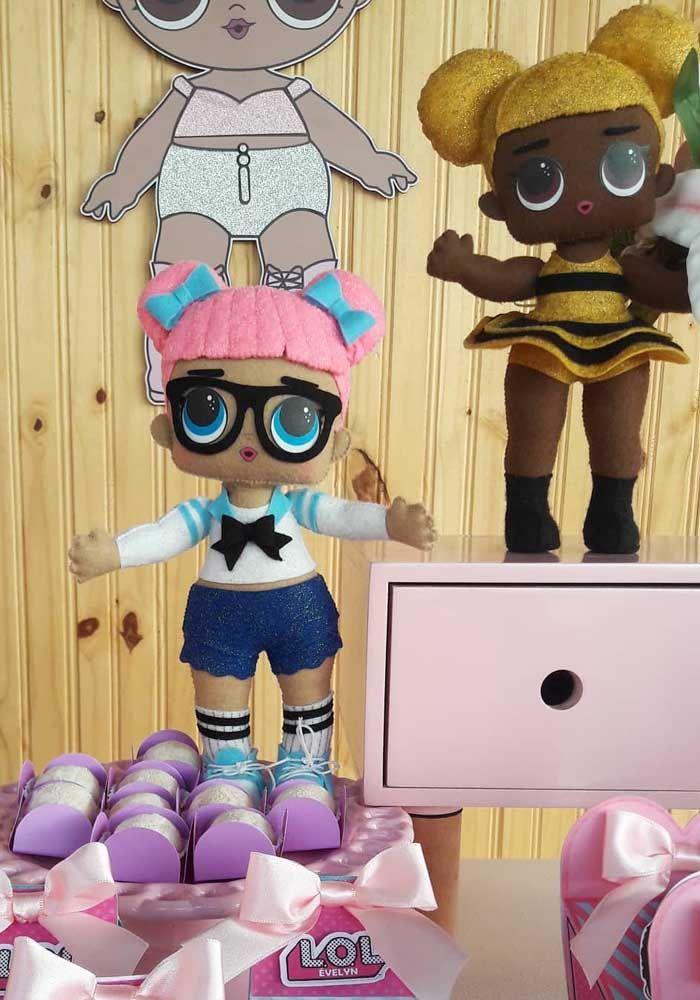 Que tal decorar a festa com versões maiores das bonecas LOL?