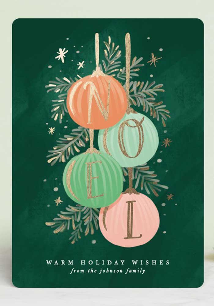 Os clássicos elementos do Natal não podem ficar de fora do cartão: bolas, folhas de pinheiro e as cores vermelho, verde e dourado