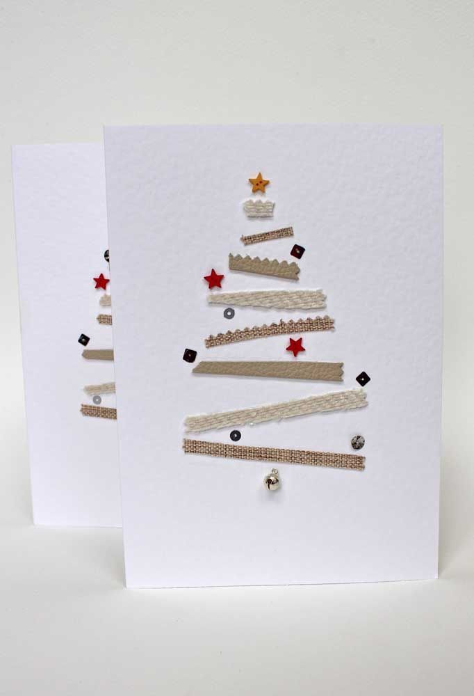 Retalhinhos de tecido e algumas lantejoulas dão vida a esse cartão de natal