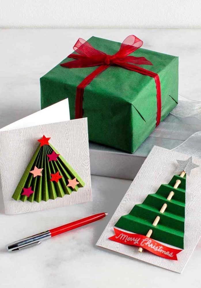 Quer um cartão de Natal decorado com pinheiros? Então pegue essas duas ideias para você