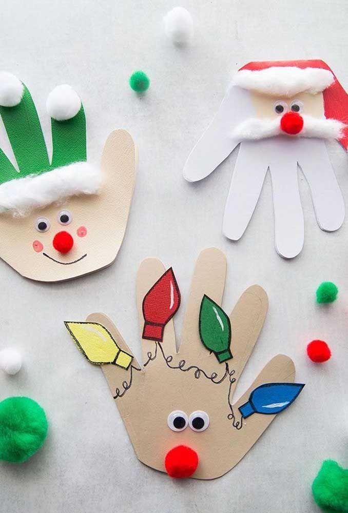 As mãozinhas das crianças viraram o molde ideal para esses cartões de natal