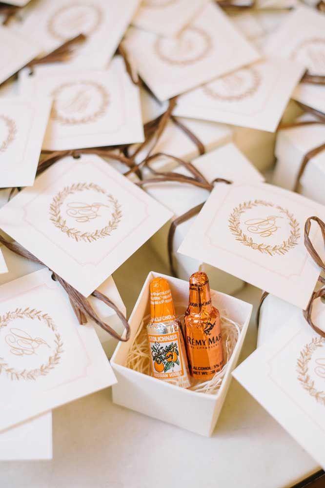 Sacolinhas com garrafas de chocolate; ótima sugestão para lembrancinhas de aniversário adulto