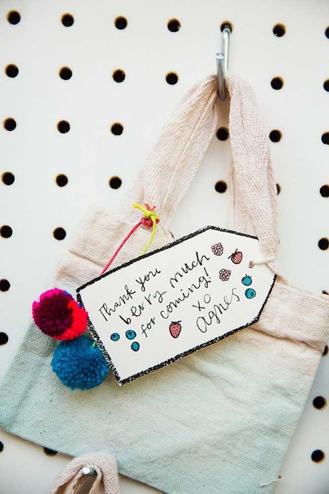 A sacolinha de pano carrega uma mensagem escrita à mão pela aniversariante