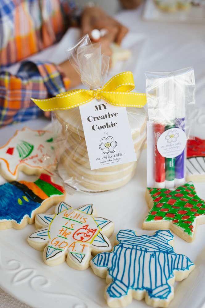 Coloque a mão na massa – literalmente – e faça cookies junto com o pequeno aniversariante