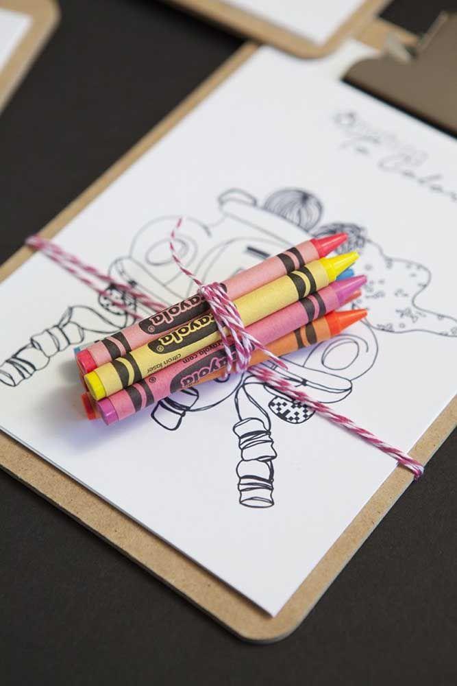 Prancheta, canetinhas e desenhos: que criança não gosta dessa combinação?