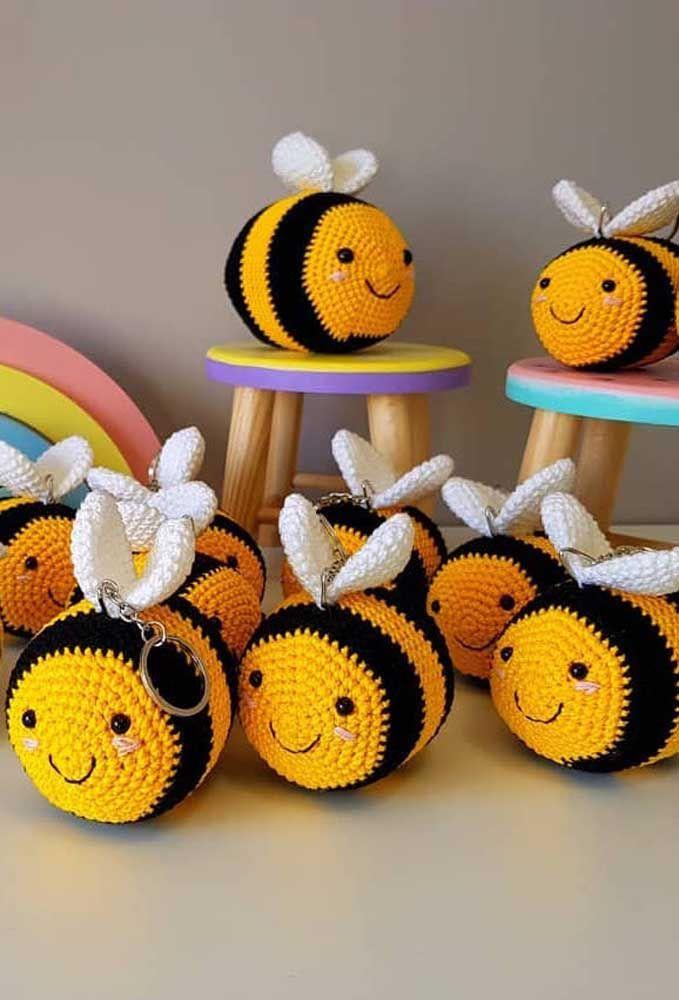 E o que dizer dessas abelhinhas fofas de crochê? Ah, elas ainda são chaveiro