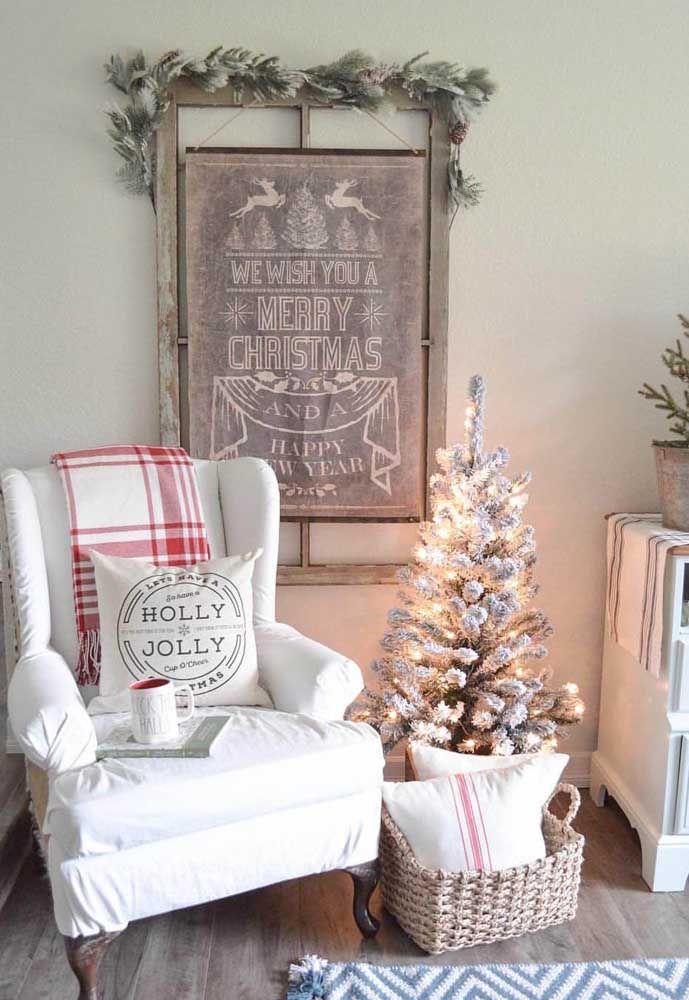 Nessa sala, o painel de Natal completa a decoração temática que já conta com a árvore e uma manta que remete ao vermelho do natal