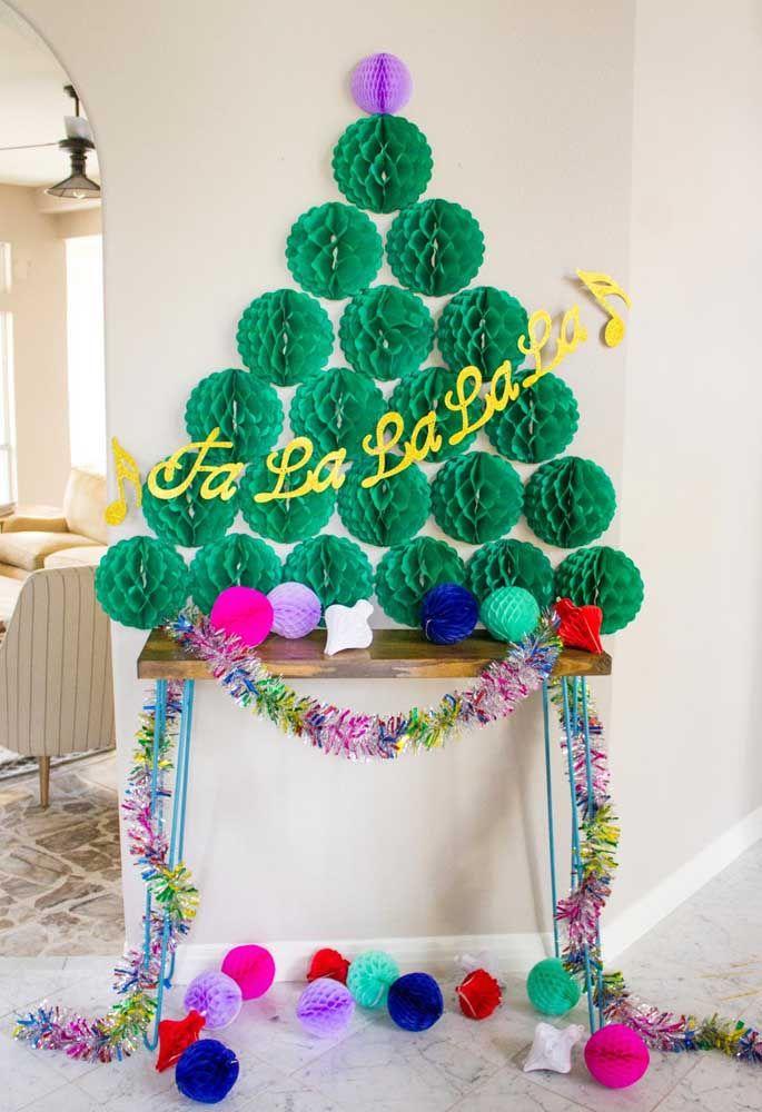 Bolas de papel dão vida a essa árvore natalina de parede