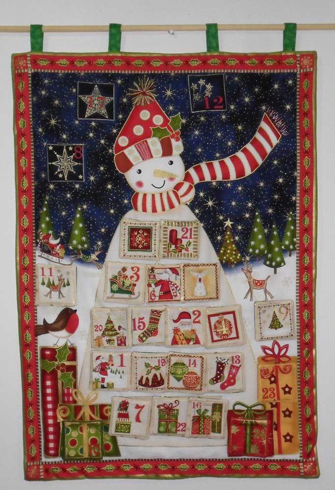 Uma toalha de mesa, um pano de prato ou outro tecido de Natal que você tiver em casa pode se transformar em um painel de natal