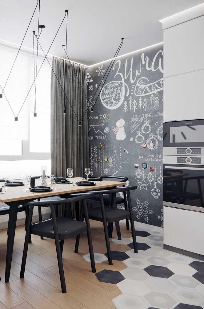 Se você tiver uma parede lousa em casa aproveite para transformá-la em um painel de natal