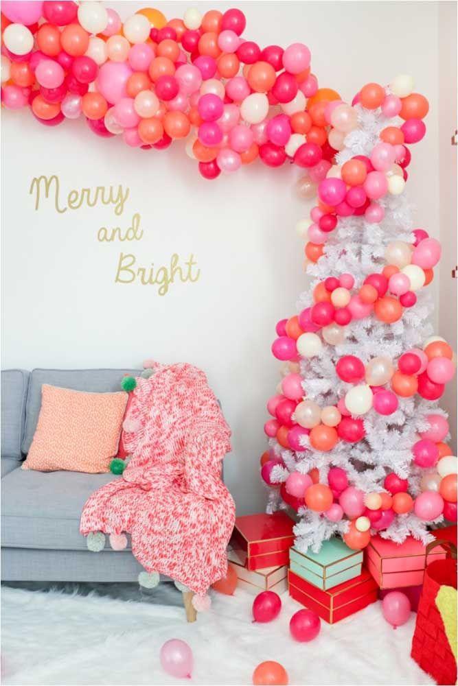 Um arco descontruído de balões é outra sugestão de painel de natal