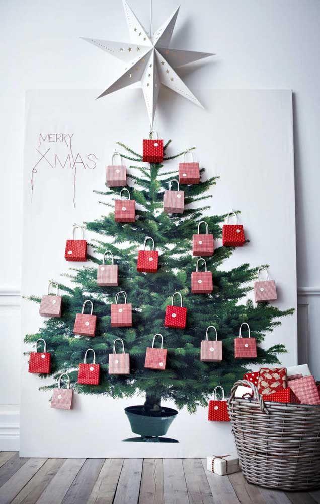 A salvação dos espaços pequenos: árvore de Natal na parede