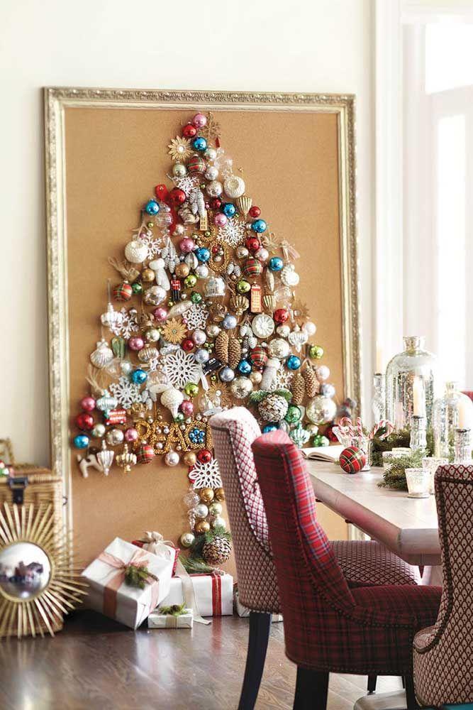 Como reaproveitar uma moldura sem uso: cole bolinhas e enfeites de Natal formando o desenho de uma árvore