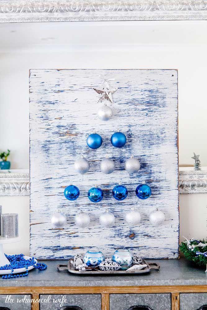 Painel de Natal formado por bolinhas azuis e um fundo com efeito pátina