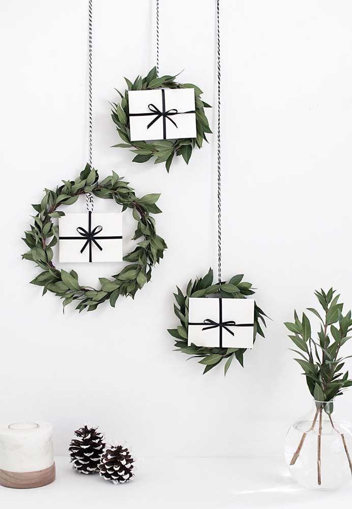 Presentes suspensos para decorar a casa; a guirlanda de folhas dá aquele toque especial