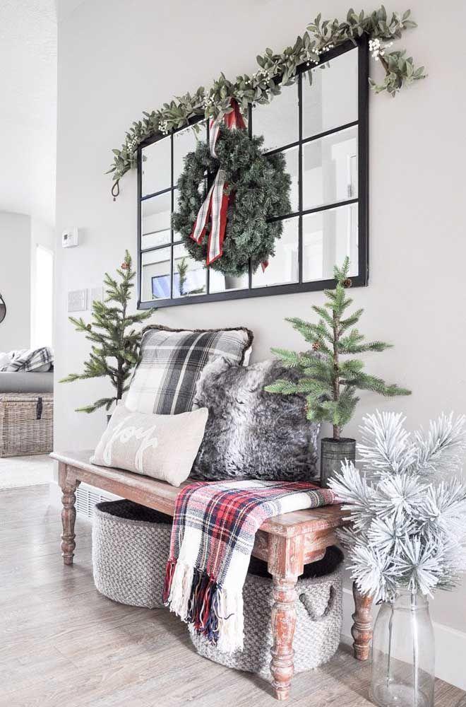 Quer lugar melhor da casa para um painel de Natal caprichado? O hall de entrada recepciona no clima do natal