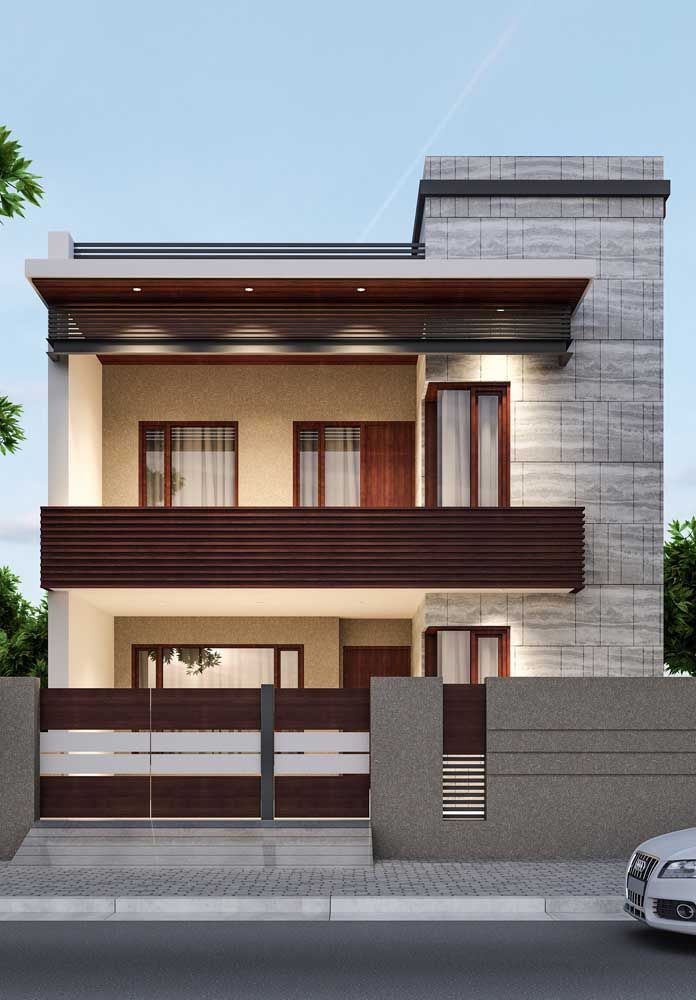 O tom claro e neutro das paredes conversa diretamente com a madeira usada na frente da casa