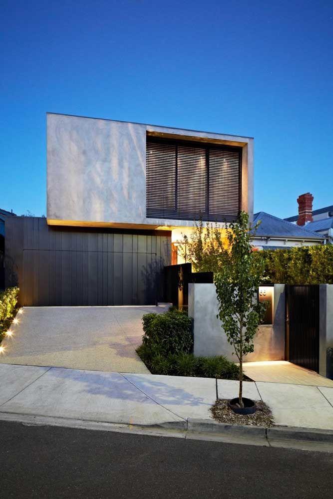 Show de luzes e sombras na frente da casa de concreto aparente