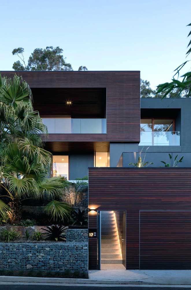 Podia ser uma fachada rústica, mas a forma como os materiais foram dispostos deixaram a entrada sofisticada