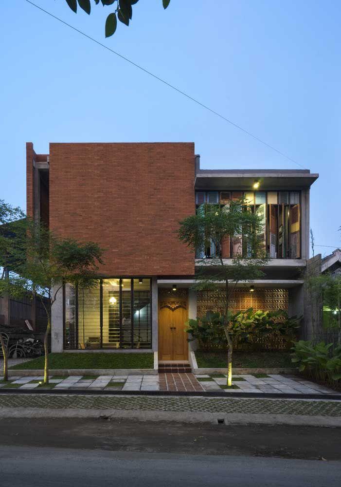 Os materiais deixaram a entrada da casa acolhedora e convidativa, mas repare que a forma é pra lá de moderna
