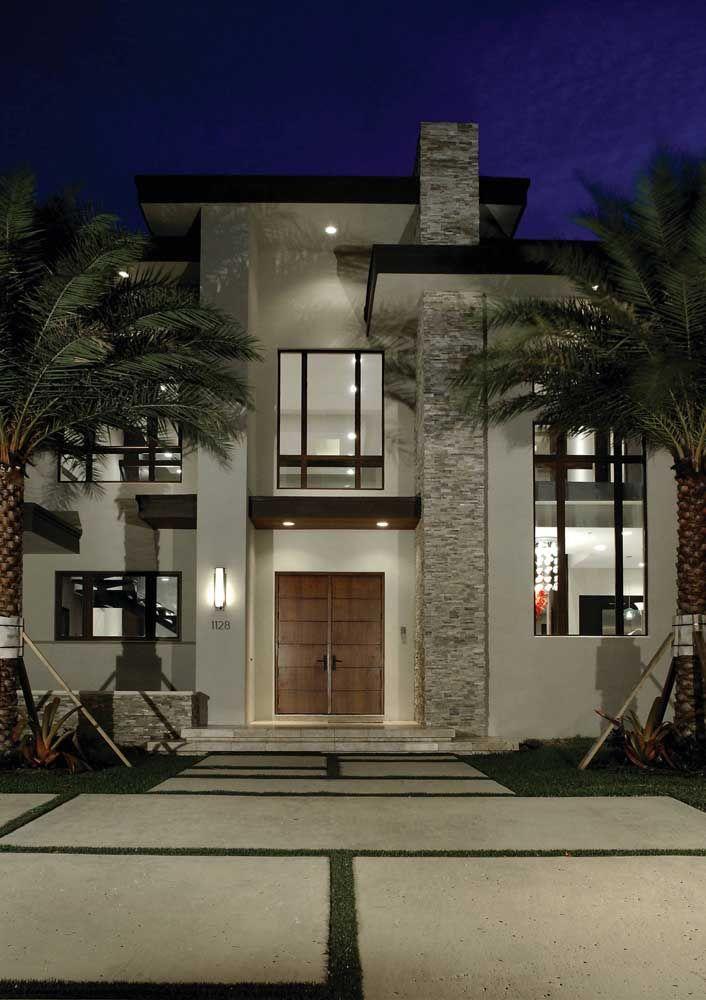 Elementos neutros, mas cuidadosamente colocados no lugar certo transformam essa frente de casa em algo monumental