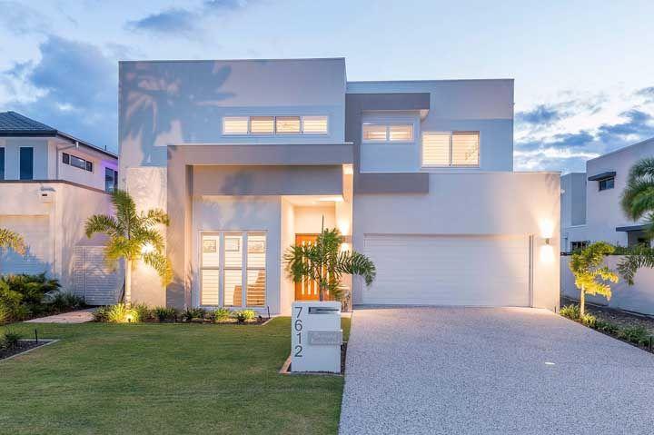 Quem disse que uma fachada de casa branca é sem graça?